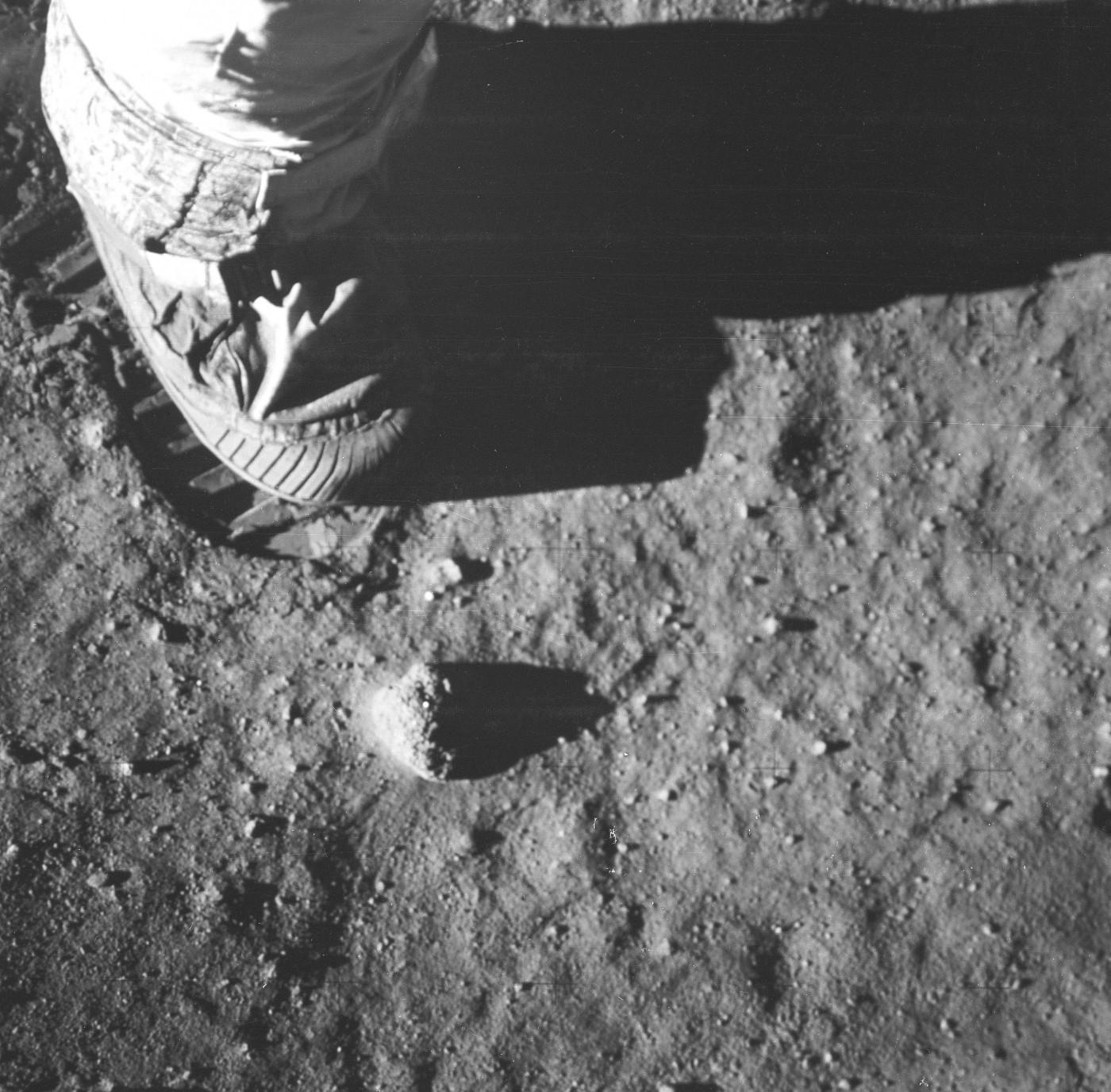 Vista ravvicinata del piede e dell'impronta di un astronauta nel suolo lunare, fotografata da una telecamera a superficie lunare da 70 mm durante l'attività extraveicolare della superficie lunare dell'Apollo 11. Immagine Nasa, 20 luglio 1969