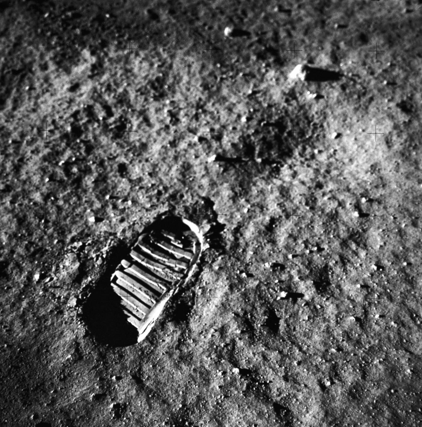 Vista ravvicinata dell'impronta di un astronauta nel suolo lunare, fotografata da una telecamera a superficie lunare da 70 mm durante l'attività extraveicolare della superficie lunare dell'Apollo 11. Immagine Nasa/MSFC, 20 luglio 1969