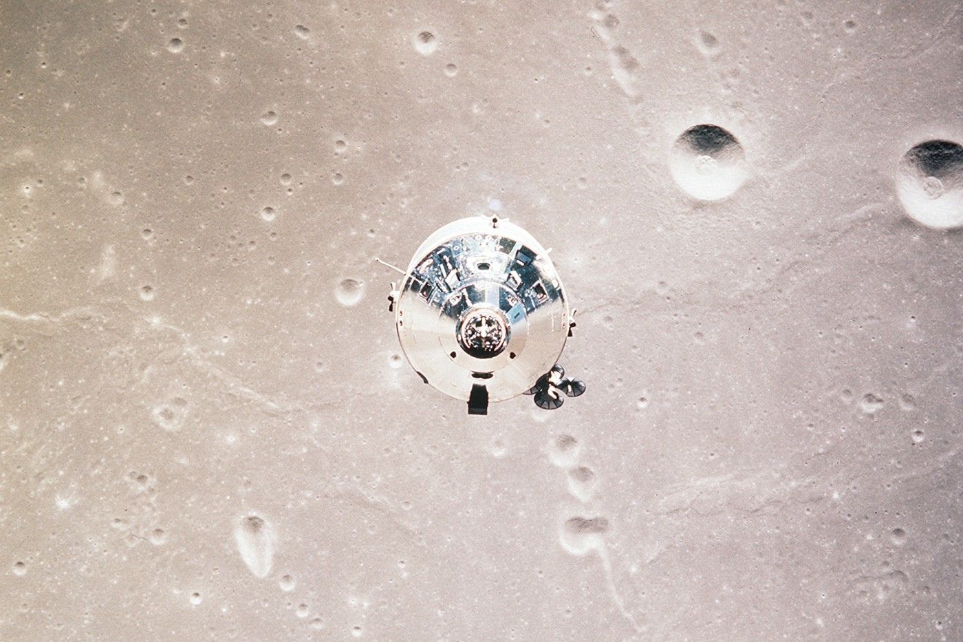 I moduli di comando e assistenza Apollo 11 (CSM) sono fotografati dal modulo lunare (LM) in orbita lunare durante la missione di atterraggio lunare Apollo 11. Immagine Nasa/JSC, 20 luglio 1969