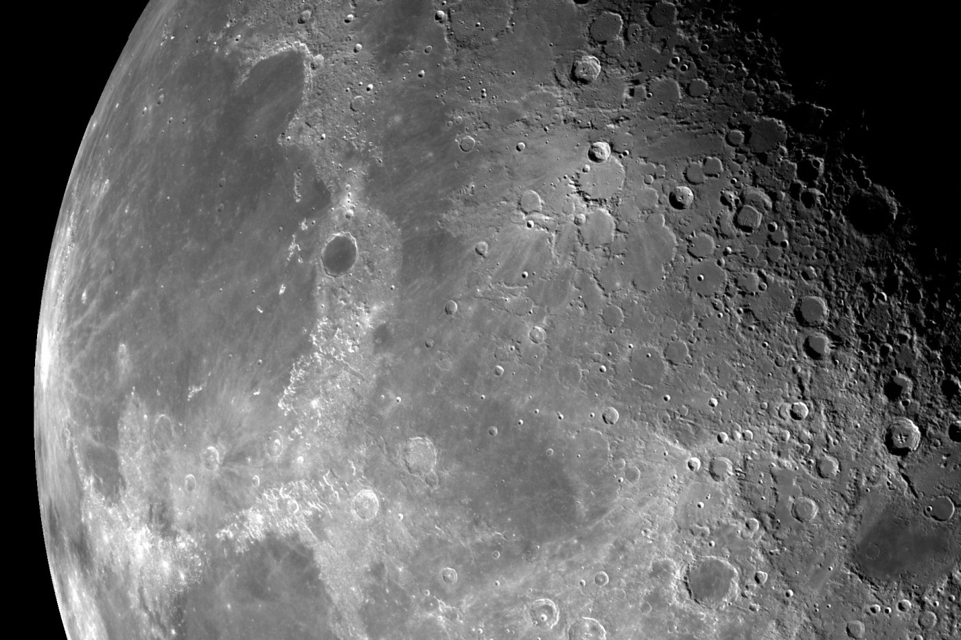 Questa vista del polo nord della Luna è un mosaico di 18 immagini scattate dal sistema Galileo della NASA attraverso un filtro verde mentre il veicolo spaziale volava il 7 dicembre 1992. Immagine Nasa/JPL